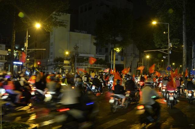 Đến gần 3h sáng 24/1 nhưng nhiều người vẫn chạy xe thành đoàn, nẹt pô, bấm còi inh ỏi
