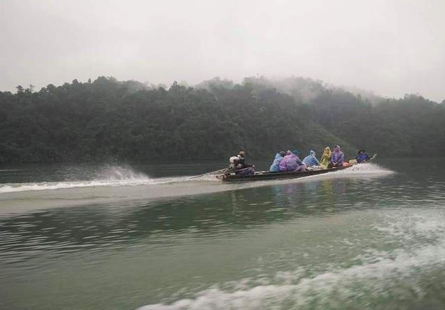 Các kiểm lâm của Hạt kiểm lâm A Lưới tuần tra trên thượng nguồn sông Hương sau vụ bắt gỗ lậu thành công (ảnh: P.Hoàng)