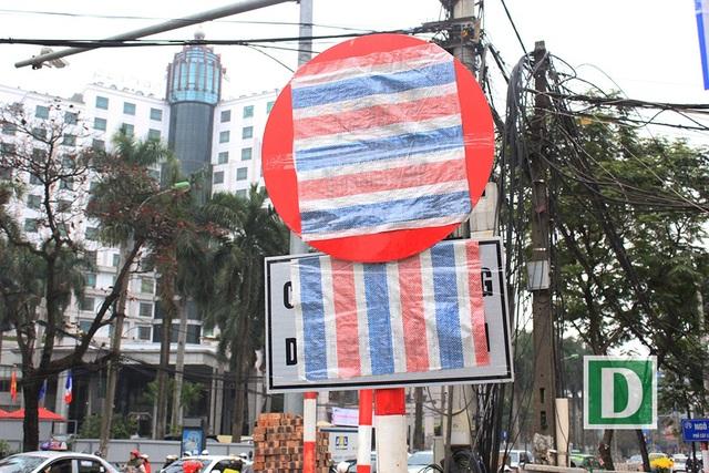 Vì sao hàng loạt biển báo trên phố Hà Nội bất ngờ được... bịt kín? - 5