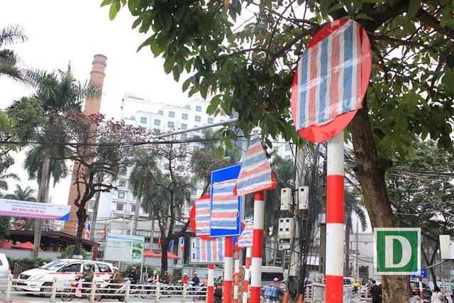 Vì sao hàng loạt biển báo trên phố Hà Nội bất ngờ được... bịt kín? - 4