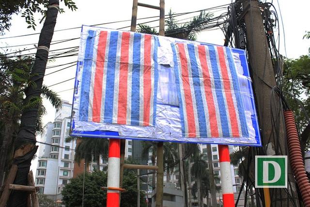 Một tấm biển báo lớn vừa được dán lại cách đây vài ngày, chiếc thang dùng để phục vụ việc dán biển báo vẫn còn dựa sau tấm biển