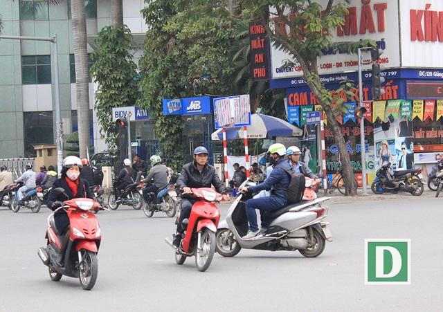 Một biển báo màu xanh bị che bằng bạt ở đoạn giao Giảng Võ, Cát Linh.