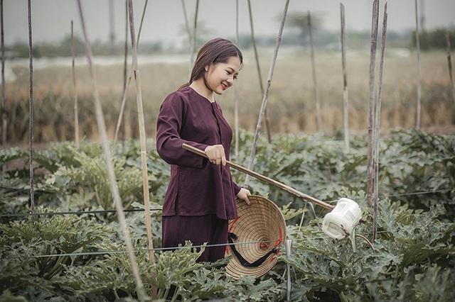 """Nhiếp ảnh gia Đồng Văn Hùng, người thực hiện bộ ảnh này cho biết: """"Bộ ảnh với những cảm xúc, khoảnh khắc giản dị đời thường của một cô gái thôn quê. Thế nên mọi thứ đều rất tự nhiên, không bị gò bó hay diễn""""."""