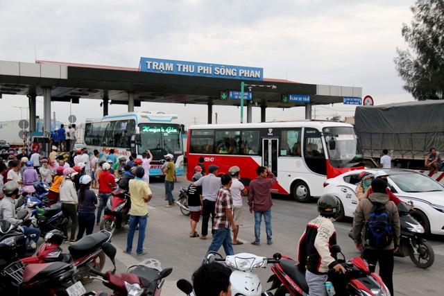 Trạm BOT Sông Phan kẹt xe nghiêm trọng vì bị tài xế phản ứng dữ dội - 1