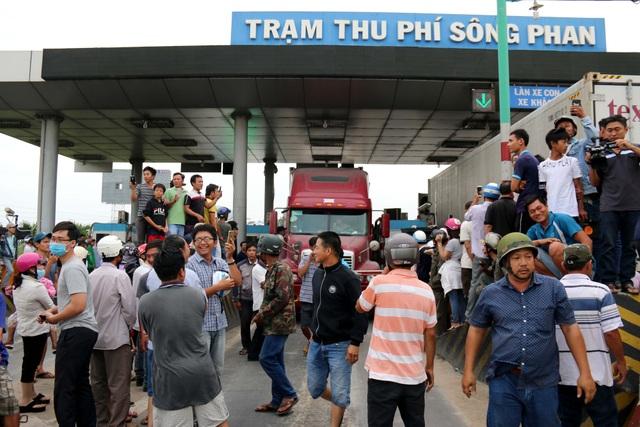 Người dân lân cận trạm thu phí Sông Phan tập trung rất đông để phản đối vì cho rằng họ phải đóng phí cả tuyến đường là không công bằng. Ảnh: Nguyễn Thanh - TTXVN