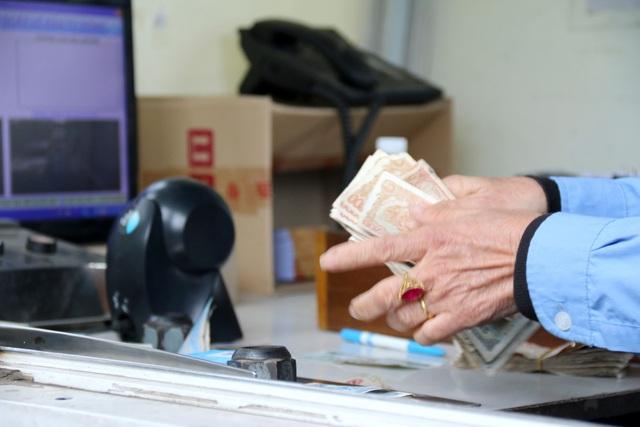 Người dân phản đối bằng cách dùng tiền mệnh giá nhỏ mua vé, làm mất nhiều thời gian và gây kẹt xe. Ảnh: Nguyễn Thanh - TTXVN