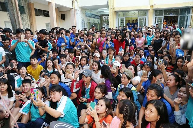 Sau nhiều năm, trở về trường với vai trò là tân Hoa hậu Hoàn vũ Việt Nam, Hoa hậu H'Hen Niê nhận được sự chào đón nồng nhiệt của các bạn học sinh và thầy cô nơi đây.