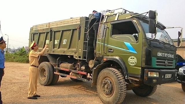 Phòng CSGT Công an tỉnh Bắc Giang kiểm tra, xử lý xe quá khổ, quá tải.