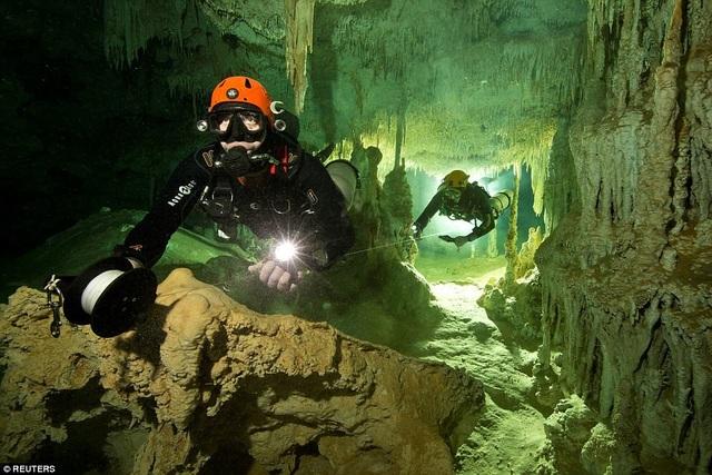 Hang động ước tính 10.000 năm tuổi nằm ngầm dưới nước, nối liền hai mạng lưới ngập nước lớn nhất thế giới là Sac Actun và Dos Ojos ở Tulum