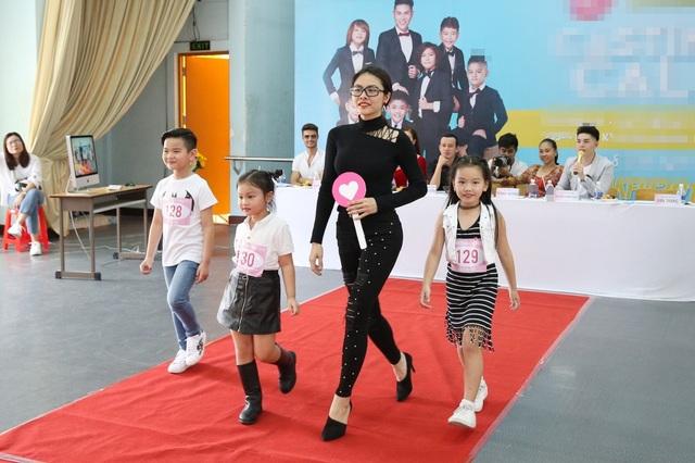 Diễn viên Vân Trang đã rời ghế giám khảo để trình diễn, tạo dáng cùng các bé.