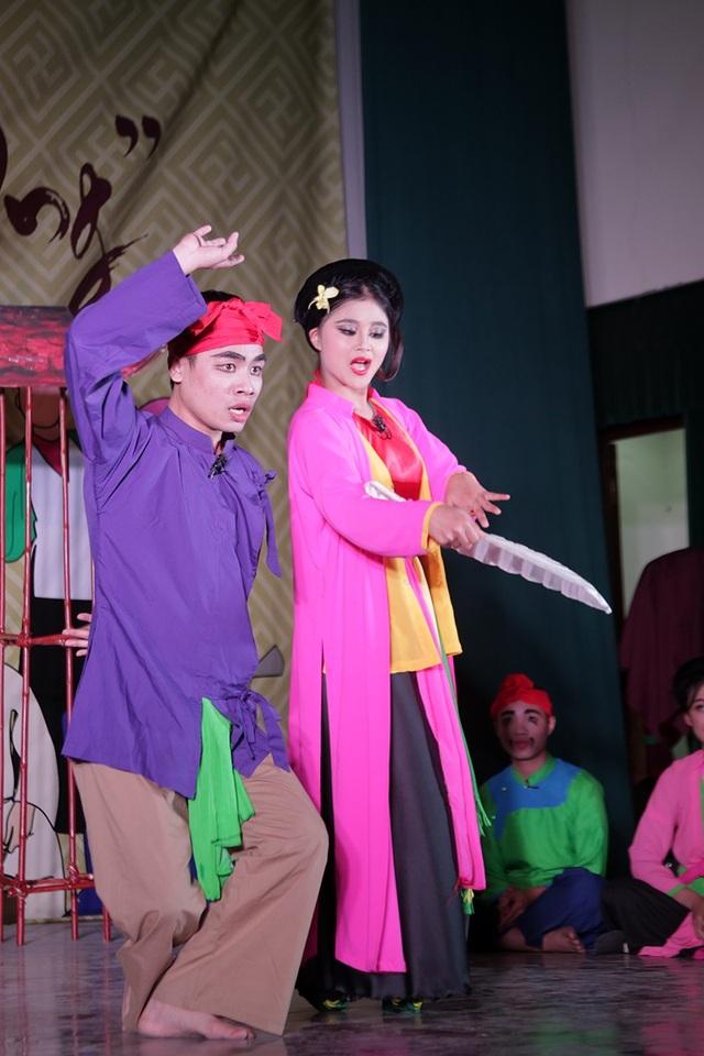 """Trích đoạn Nô, Màu, Phú ông trong vở Quan âm Thị Kính nổi tiếng được 2 diễn viên không chuyên """"tung hứng"""" đầy sôi nổi trên sân khấu"""