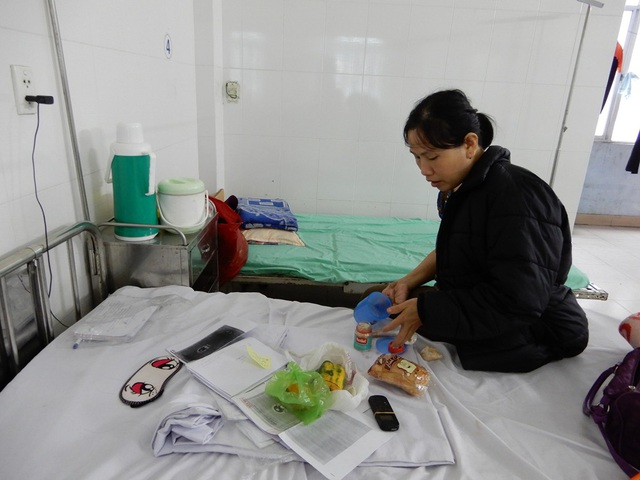 Nằm viện, không có tiền mua cơm nên chị Đào thường xin đồ ăn thừa hoặc người ta bỏ đi để ăn