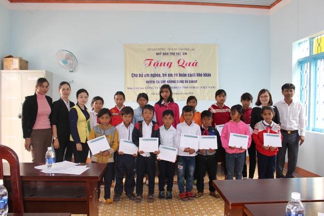 Học sinh tại huyện Krông Bông được nhận học bổng