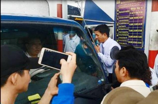 Chủ nhà có đám cưới năn nỉ tài xế cho xe qua trạm để giải phóng giao thông.