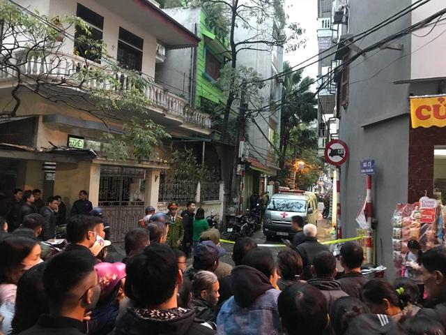 Đến 17h30 chiếc xe cứu thương vẫn đỗ trước cửa ngôi nhà xảy ra sự việc