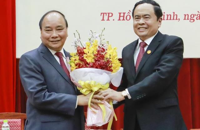Chủ tịch MTTQ Việt Nam Trần Thanh Mẫn tặng hoa cảm ơn Thủ tướng Nguyễn Xuân Phúc đến tham dự hội nghị (ảnh: Quang Vinh)