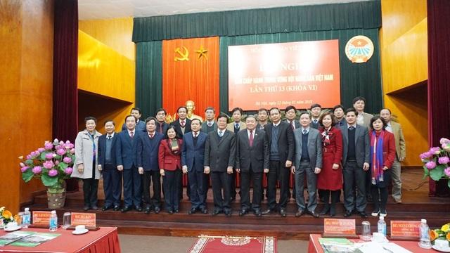 Các đại biểu tham dự hội nghị chụp ảnh lưu niệm cùng tân Chủ tịch Hội NDVN Thào Xuân Sùng.