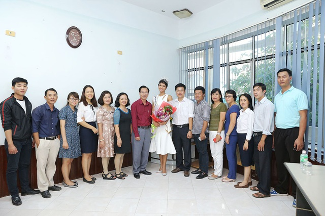 Tân Hoa hậu Hoàn vũ chụp ảnh lưu niệm cùng thầy cô tại trường