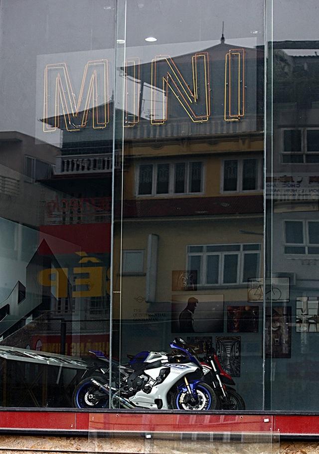 Phòng trưng bày MINI trên phố Nghi Tàm - Hà Nội đã xuất hiện những mẫu xe máy mang thương hiêu khác - báo hiệu sự chuyển giao tại địa điểm này.