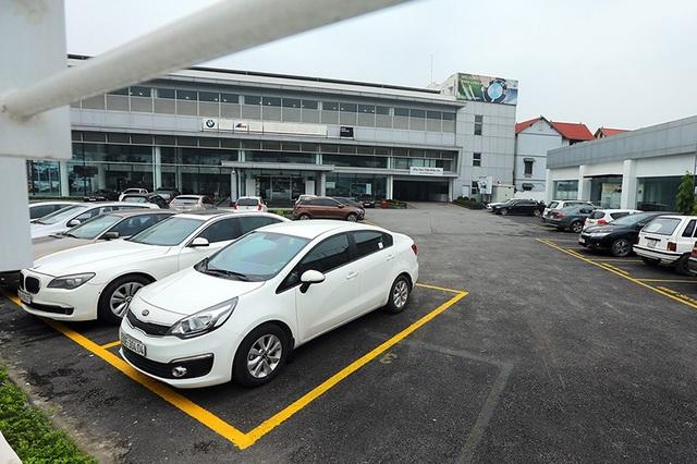 Bãi xe của đại lí BMW bắt đầu sự chuyển giao, với sự xuất hiện của các dòng xe KIA.