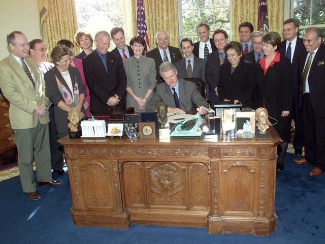 Bàn làm việc của cựu Tổng thống Bill Clinton. (Ảnh: Reuters)