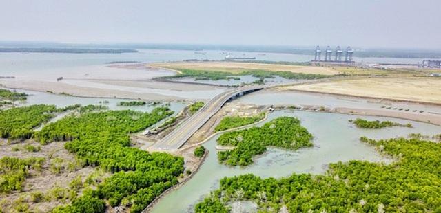 Dự án Cảng tổng hợp và Container Cái Mép Hạ có tổng mức đầu tư trên 10.235 tỷ đồng, được tỉnh Bà Rịa – Vũng Tàu thỏa thuận địa điểm và diện tích xây dựng năm 2006.