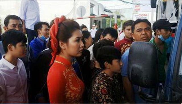 Một cô dâu được đón từ TP Hồ Chí Minh về Cà Mau thì kẹt lại tại trạm BOT này.