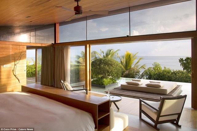 Một trong những phòng ngủ lớn có tầm nhìn hướng ra biển. Trên đảo trồng nhiều loài cây nhiệt đới như dừa, xoài, dâm bụt biển...