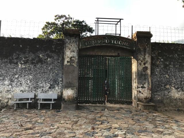 Được xây dựng bí mật từ năm 1940, chuồng cọp được thực dân Pháp ngụy trang kín đáo sâu trong Trại giam Phú Tường với hai lối ra vào.