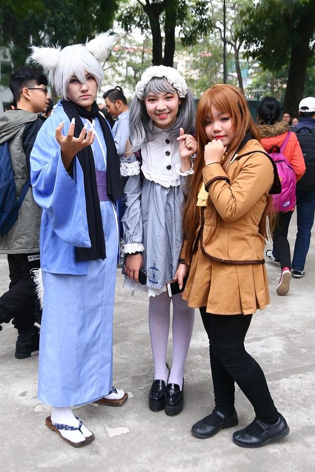 Nữ cosplayer Hà thành lựa chọn phong cách freestyle (đứng giữa) chụp ảnh cùng những người bạn cosplay nhân vật Tomoe và Nanami trong bộ truyện Thổ thần tập sự