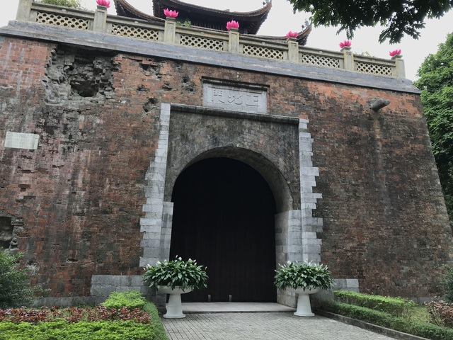 Di tích cổng thành hiện nay nằm trên phố Phan Đình Phùng là cửa Bắc của thành Hà Nội được xây dựng đầu thời Nguyễn. Sử tích chép, Bắc Môn (cổng thành phía bắc) được xây dựng trên nền Cửa Bắc thời Lê và hoàn thành năm 1805. Bắc Môn được xây dựng theo kiến trúc vọng lâu: phía trên là lầu, phía dưới là thành.