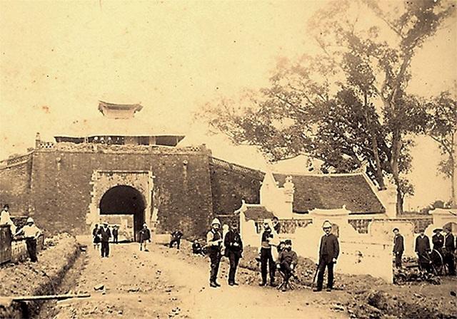 Sử liệu còn ghi lại nhiều hình ảnh cổng thành phía bắc từ những năm 1890. Nguyên bản thời Nguyễn, phần lầu được dựng bằng khung gỗ theo lối chồng diêm tám mái, lợp ngói ta, trổ cửa ra bốn hướng. Sau khi chiếm được thành Hà Nội, quân đội Pháp vẫn sử dụng lầu trên Bắc Môn làm chòi canh gác.