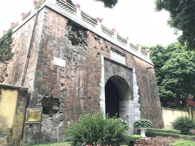 Tại đây, vào năm 1882, đã diễn ra trận đánh khốc liệt giữa quân nhà Nguyễn do tổng đốc Hoàng Diệu chỉ huy với quân Pháp do đại tá Henri Riviere đứng đầu. Theo một số sử liệu, ngày 25/4, lúc 5 giờ sáng. H.Rivière gởi tối hậu thư đến Tổng đốc Hoàng Diệu hạn đến 8 giờ sáng trong thành phải giải giáp. Quan quân nhà Nguyễn trong thành Hà Nội tổ chức chống cự đơn độc. Đúng 8 giờ 15, các pháo thuyền Fanfare, Surprise, Massue và Carbine từ bờ sông Hồng bắn đại bác vào thành. Tới 10 giờ 45, quân Pháp đổ bộ tấn công vào thành. Đến 11 giờ thì quân Pháp chiếm được thành. 4 binh sĩ Pháp bị thương. Phía quân triều đình có 40 tướng sĩ tử trận.