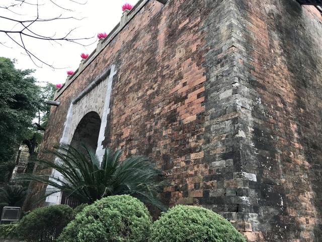 Hình ảnh mặt sau cổng thành. Gạch xây cổng thành cỡ 35,5cm x 10cm x 12cm. Đá kê có kích thước dài từ 38 đến 86cm. Phía trên cửa có hai máng nước bằng đá để thoát nước từ vọng lâu xuống. Riêng ở mặt trước cổng thành, một máng nước đã bị đại bác giặc Pháp bắn gục vào năm 1882.