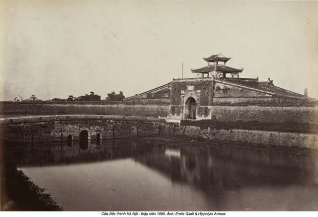 Cửa Bắc thành Hà Nội thập niên 1890. Giai đoạn này, Chính Bắc Môn còn rất nguyên vẹn với cấu trúc thành - quách. Sau bao cuộc bể dâu, khu vực hào nước đoạn qua cổng thành giờ đã là phố Phan Đình Phùng.