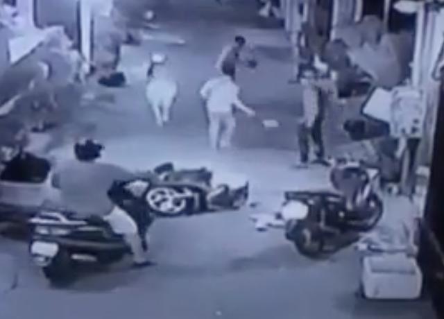 Sau đó có thêm một thanh niên đi xe máy vào, sau đó cả 3 thanh niên cùng tấn công đôi nam nữ khiến họ phải bỏ xe tháo chạy, nhóm này sau đó đã cướp xe tẩu thoát.
