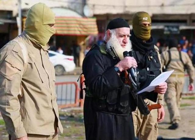 Đao phủ Râu trắng của IS xuất hiện trong nhiều vụ hành quyết dã man của tổ chức này ở Mosul. (Ảnh: NC)