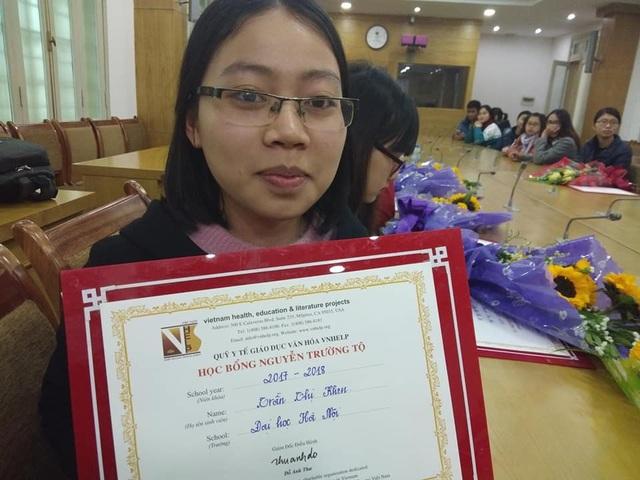 Một sinh viên vui mừng khi được nhận học bổng Nguyễn Trường Tộ