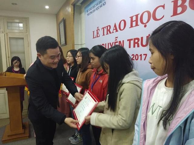 ThS Ngô Xuân Hiếu, Trưởng phòng Công tác Học sinh sinh viên và Quan hệ doanh nghiệp Đại học Hà Nội trao học bổng Nguyễn Trường Tộ đến các em sinh viên