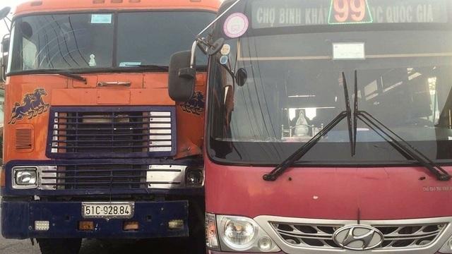 Với hành vi xem thường tính mạng hành khách, tài xế xe buýt bị đề nghị đình chỉ công tác