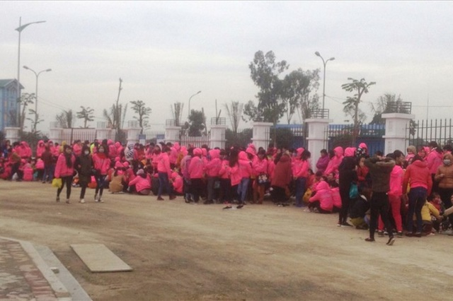 Sau hai ngày đình công, hàng trăm công nhân tại Ninh Bình đã đi làm trở lại khi được công ty hứa sẽ thưởng Tết Nguyên đán.