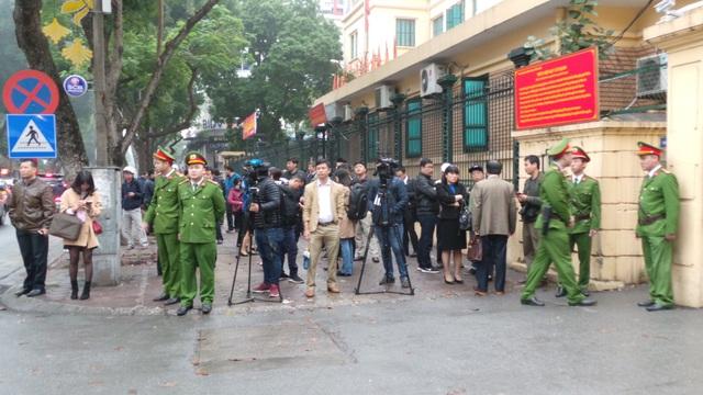 Quang cảnh trước cổng tòa sáng nay
