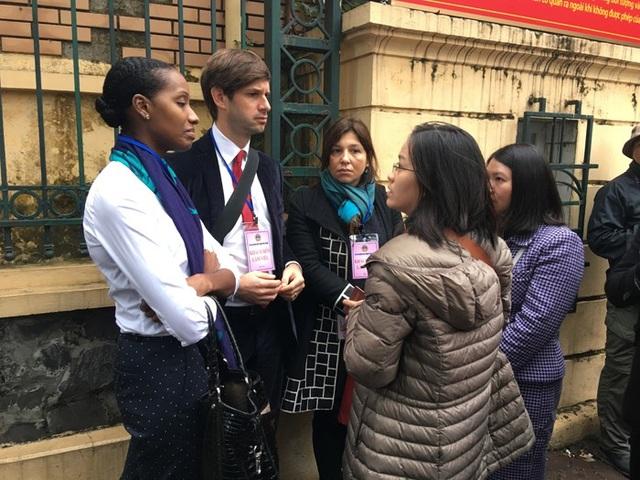 Một số phóng viên hãng Thông tấn nước ngoài cũng đến Toà để đưa tin, đang chờ ngoài cổng toà chờ làm thủ tục.