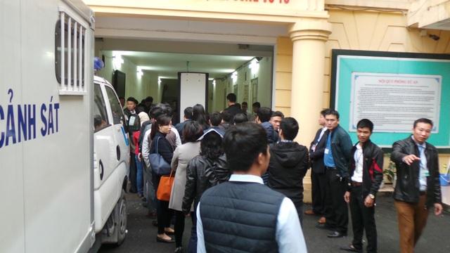 Những người liên quan đến vụ án và nhân chứng qua cửa kiểm tra an ninh