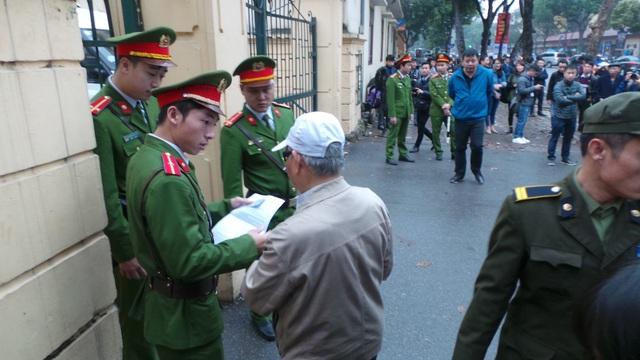 Bộ phận an ninh kiểm tra giấy tờ những người vào tham dự phiên tòa
