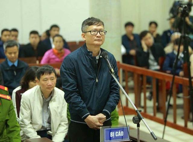 Bị cáo Đinh Mạnh Thắng (em trai bị án Đinh La Thăng) cùng 7 đồng phạm hầu toà về tội Tham ô tài sản (ảnh Doãn Tuấn - TTXVN)