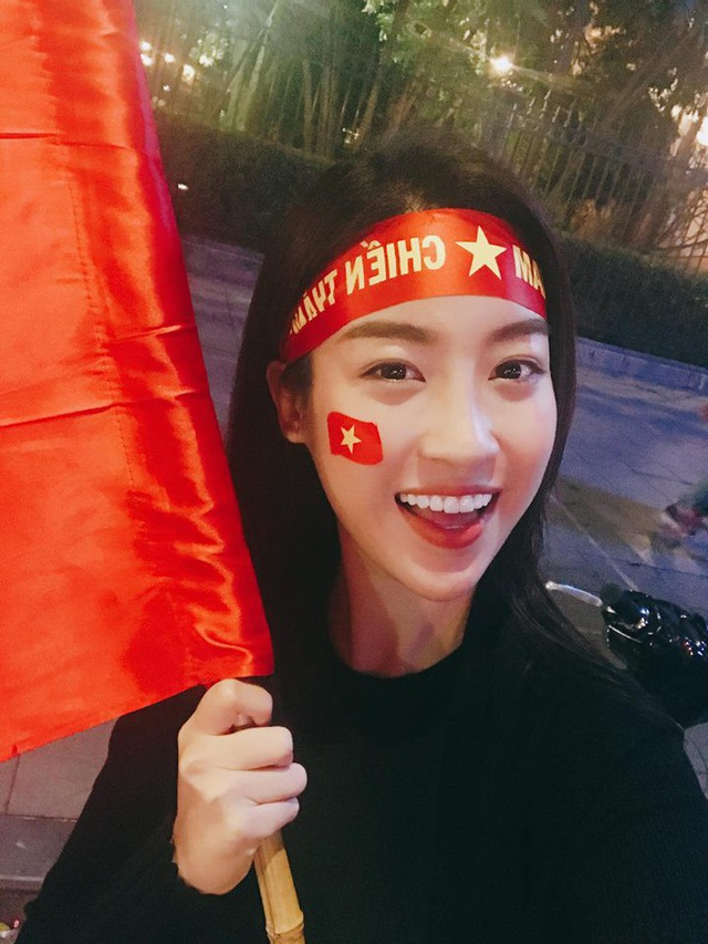 Hoa hậu Đỗ Mỹ Linh cũng đã chuẩn bị rất nhiều cờ tổ quốc và băng rôn in hình cờ đỏ sao vàng để hòa vào dòng cổ động viên Việt Nam trên sân cỏ trong trận chung kết diễn ra hôm 27/1 tới.
