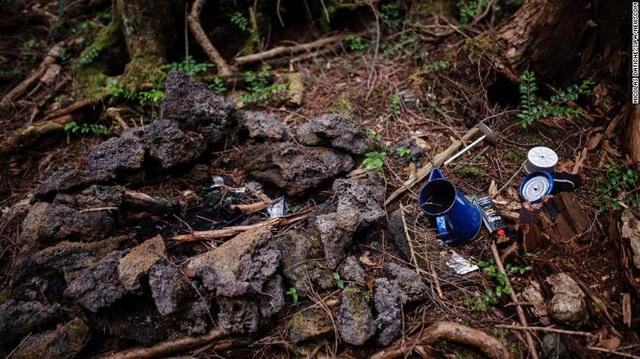 Đồ vật vô chủ được tìm thấy tại khu rừng. Ảnh: CNN.