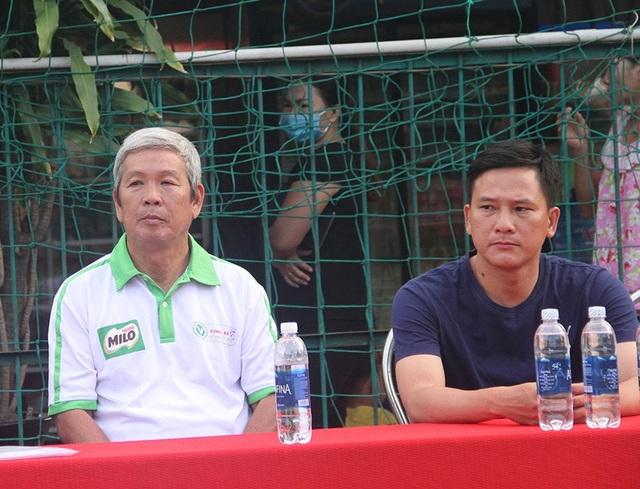 Cựu HLV Đoàn Minh Xương (trái)...