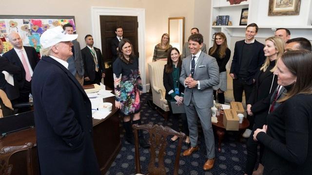 Các trợ lý tươi cười, quây quần bên Tổng thống Trump. (Ảnh: Nhà Trắng)